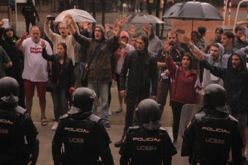 Persones defensant urnes 1 d'octubre