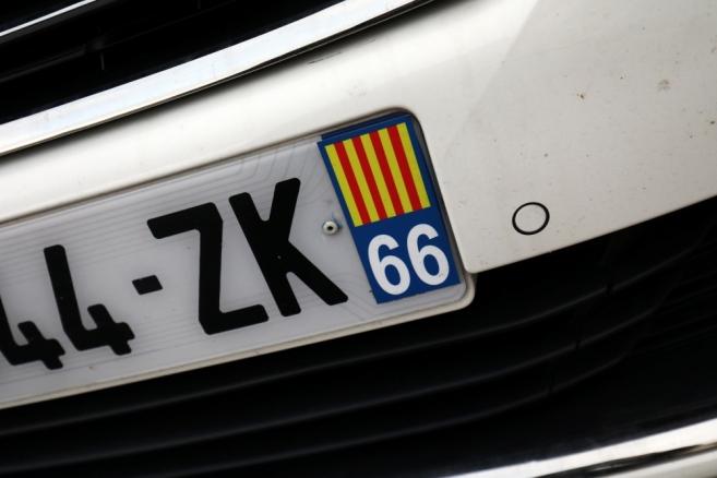 Quand la police espagnole fait retirer l'autocollant catalan d'une plaque d'immatriculation française
