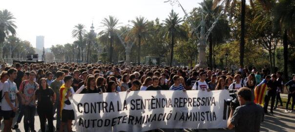 Sentence aux prisonniers politiques catalans: rassemblement pacifique àParis